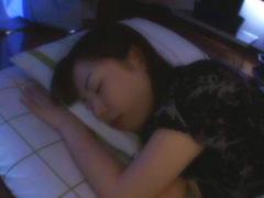 ベッドの上で輝く素人娘のスベスベのお肌にザーメンでごあいさつw