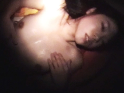 私が夢の中で出てくれますか・・・寝込みを襲われたにも関わらず全身で感じまくる清楚なビッチ娘